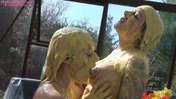 custard_kissing_girls_011.jpg