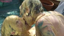 custard_kissing_girls_012.jpg