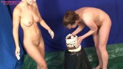 cake_sitting_girls_002.jpg