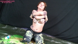 busty_girl_sploshing_013