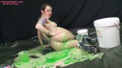 busty_girl_sploshing_020