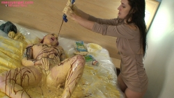 girls_sploshing_custard_013